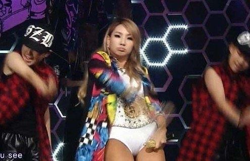 韩国女星CL舞台装尺度大 下衣失踪只穿内裤登台