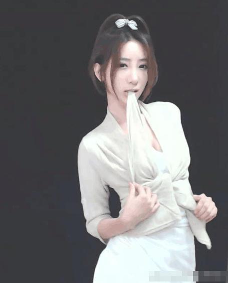 游戏女主播微博晒自拍尺度惊人 秀爆乳蜜臀-第8张图片-梦月快巴